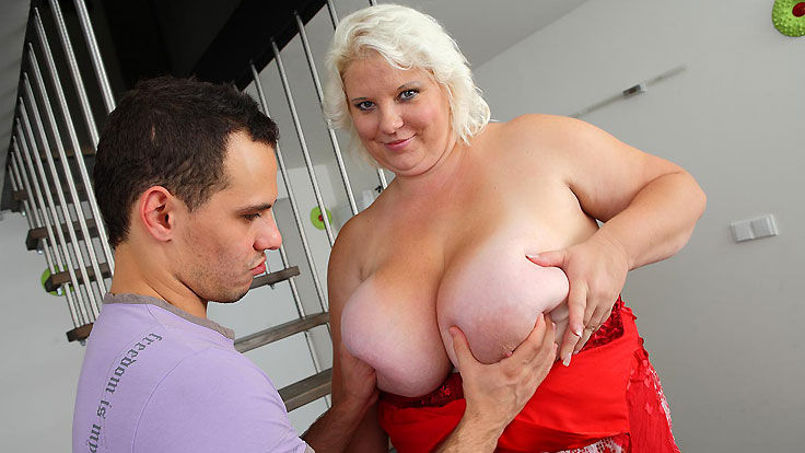 Camerist Romps A Thick Blondie